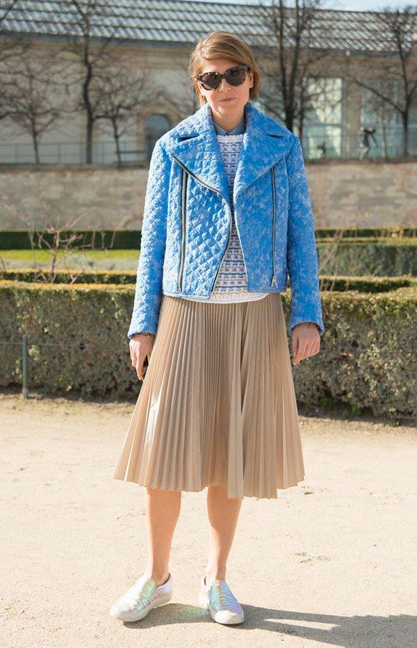 Street style look saia plissada bege, jaqueta azul e slip on metalizada.