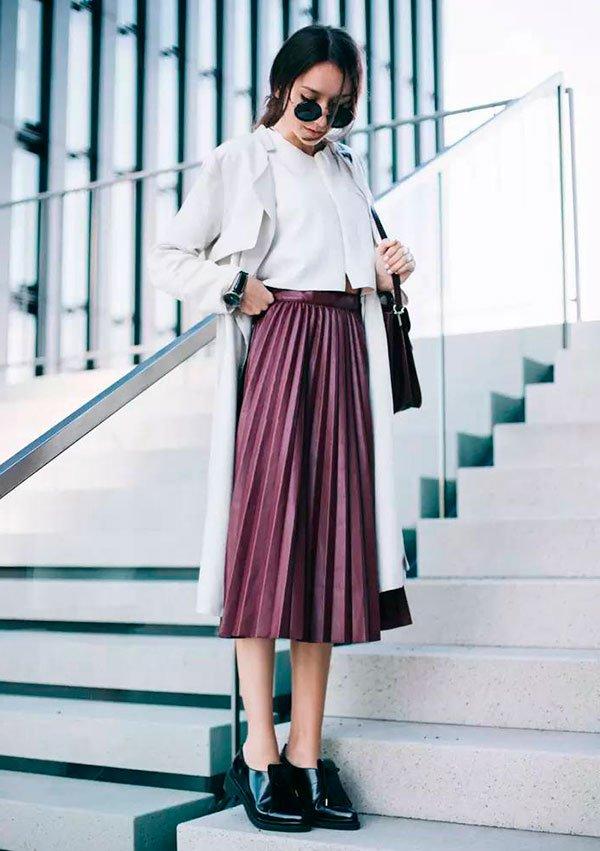 69601b80a Street style look com saia plissada burgundy e sapato preto boyish