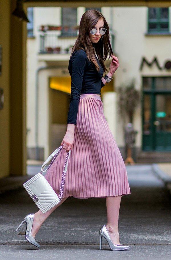 4fb95b229 Street style look com saia plissada rosa, salto e bolsa metalizados, blusa  preta manga