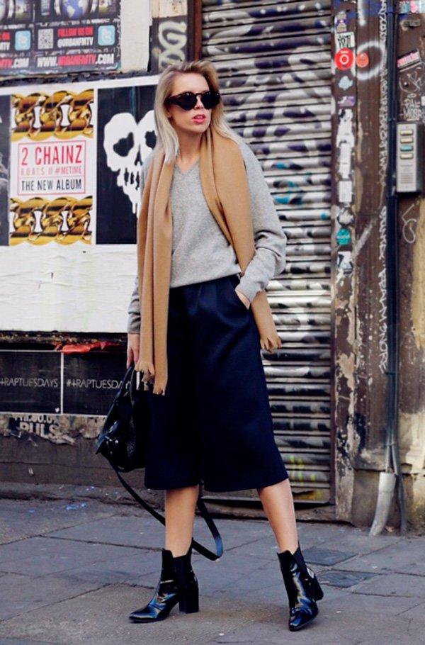 Street style look bota verniz, suéter e calça culotte.