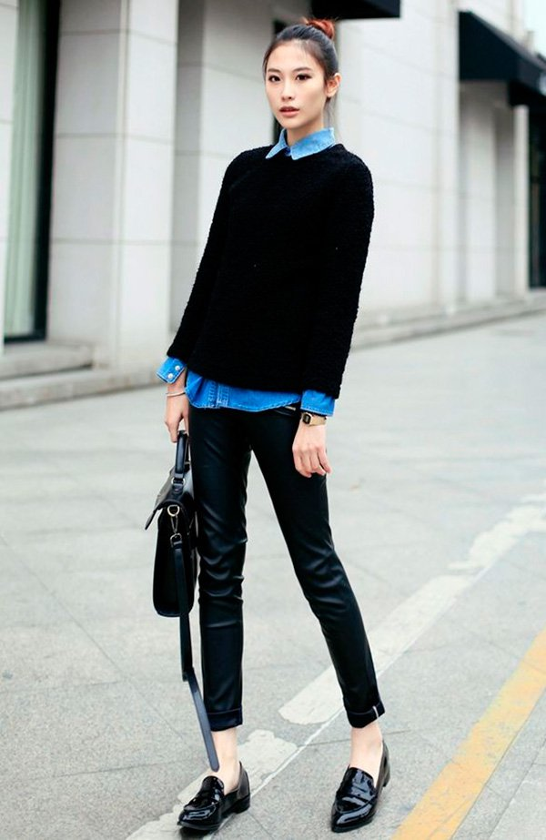 Street style look com camisa jeans, suéter e calça preta e sapato em verniz.