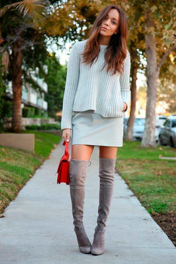 Street style look suéter e saia couro tiffany e bota over the knee.