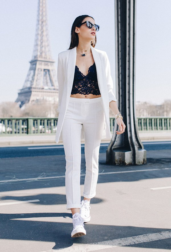 Street style look terninho branco com top de renda aparente.