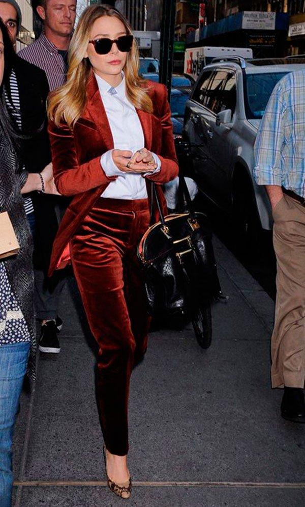Street styl elook com terninho de veludo vermelho e camisa branca.