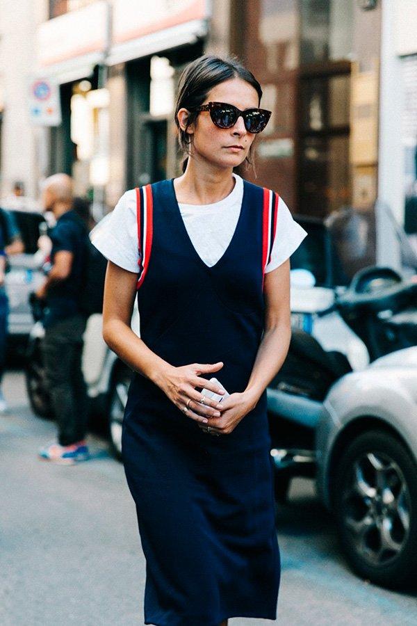 Street style look camiseta branca com vestido.