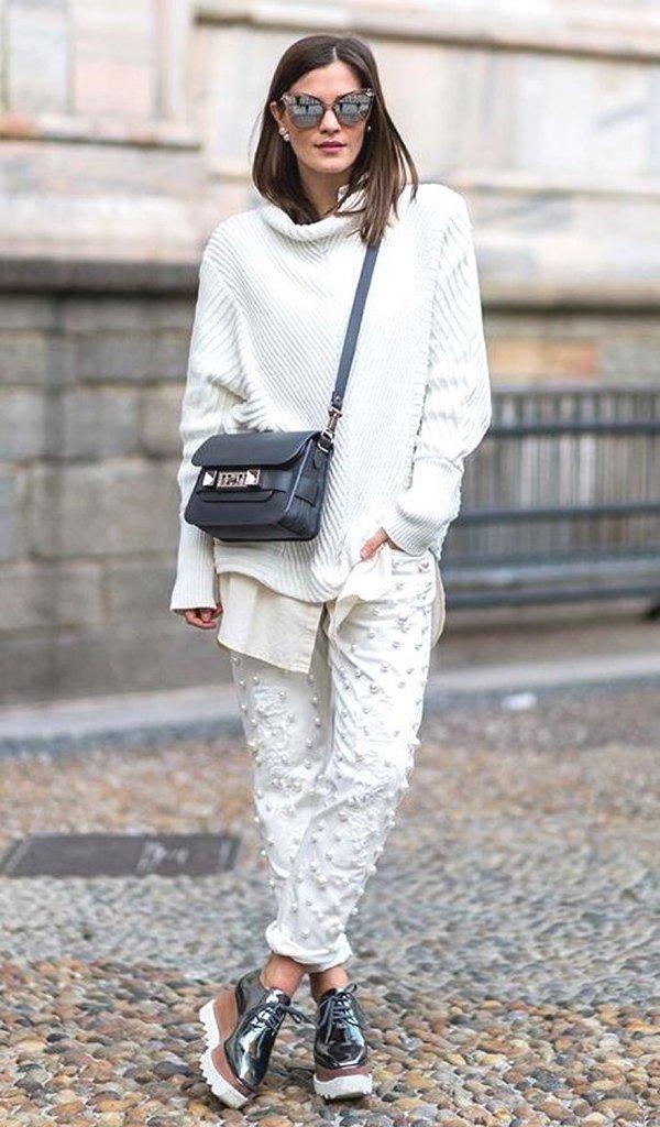 Mulher veste roupa all off white de tricot e calça, bolsa proenza schouler e oxford metalizado