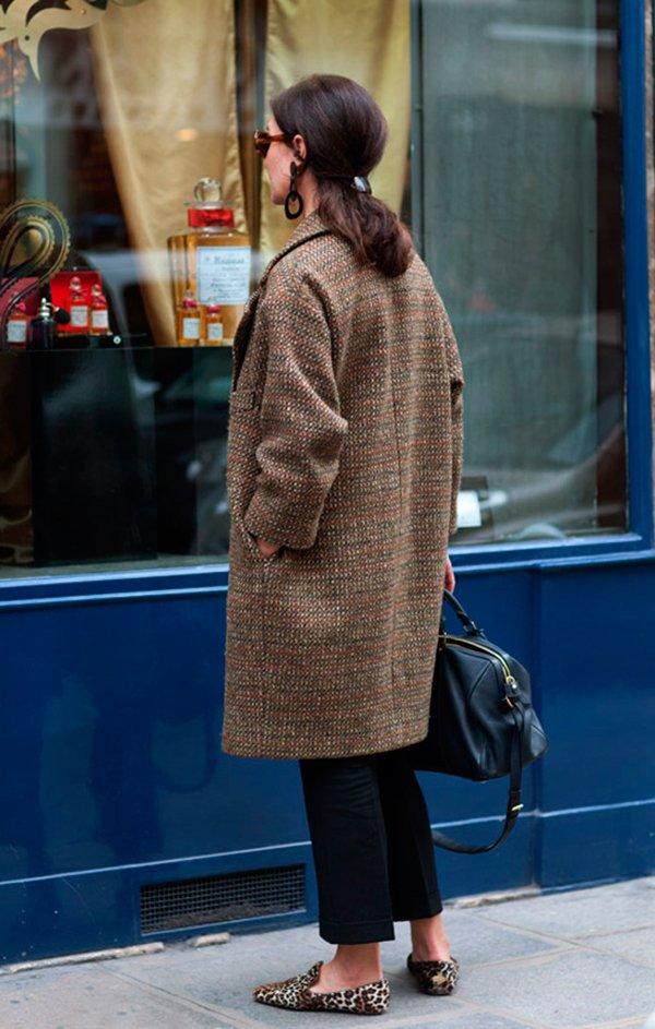 Parisiense usa maxi casaco de tweed com calça preta cropped e mocassim de onça