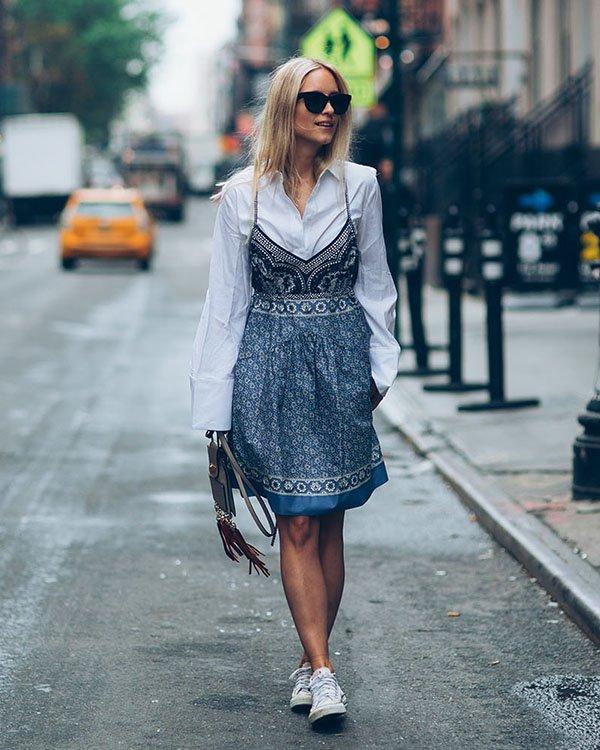 Use aquele seu vestido de verão com uma camisa branca por baixo e seu tênis preferido!