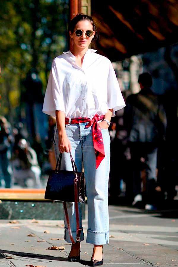 Foto de street style de como acinturar a calça jeans com lenço como cinto e camisa branca