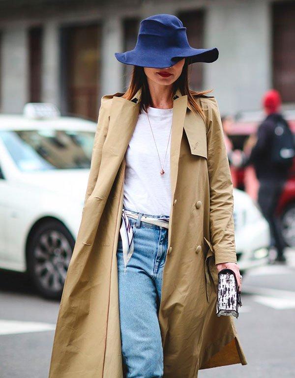 look calça jeans, lenço e trench coat