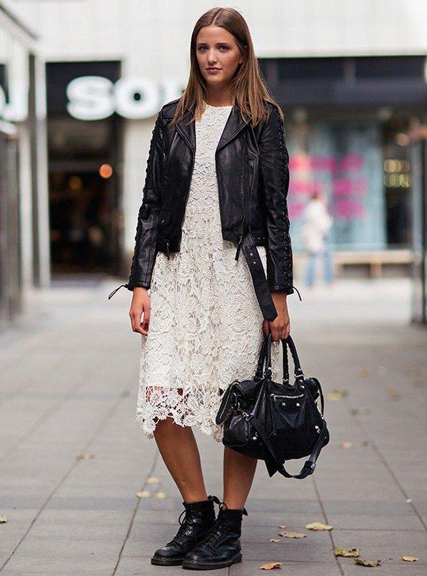 look vestido de renda, jaqueta de couro e coturno