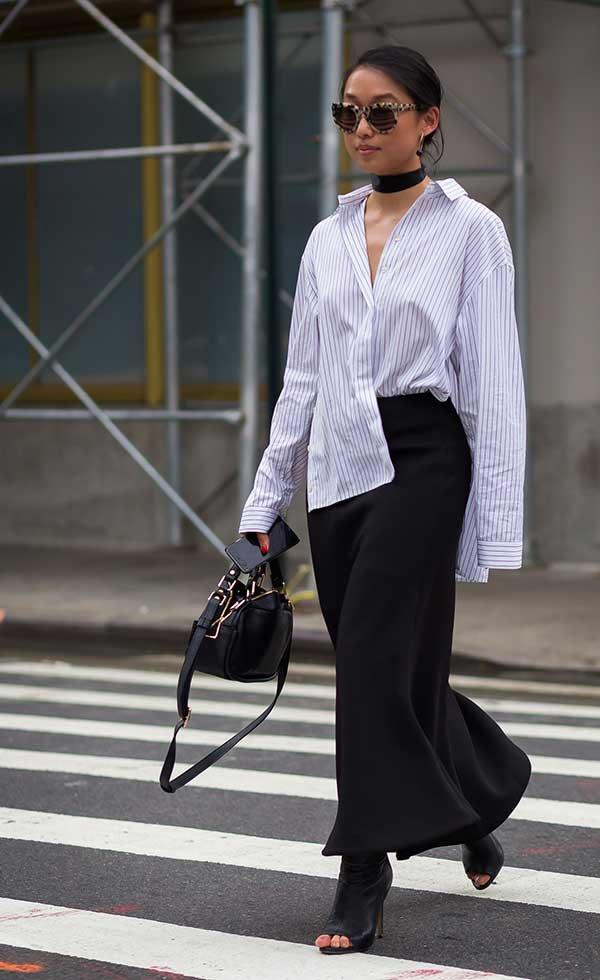 9fd03b290 Margaret Zang usa camisa branca com saia lápis midi com sandálias
