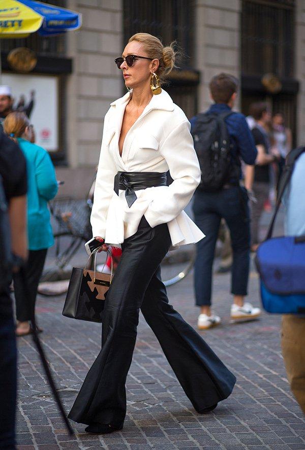 Foto de street style de look mais formal com cinto sobre blazer off white e calça flare