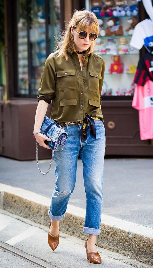 street style calça jeans e lenço como cinto