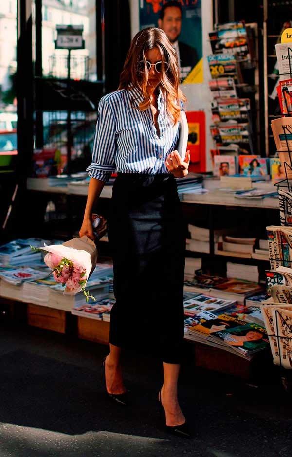 91cafe00e Look de street style com camisa listrada, saia lápis midi e scarpin