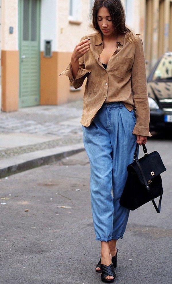 Street style com camisa de suede camelo, calça jeans cropped, mule preto e bolsa preta