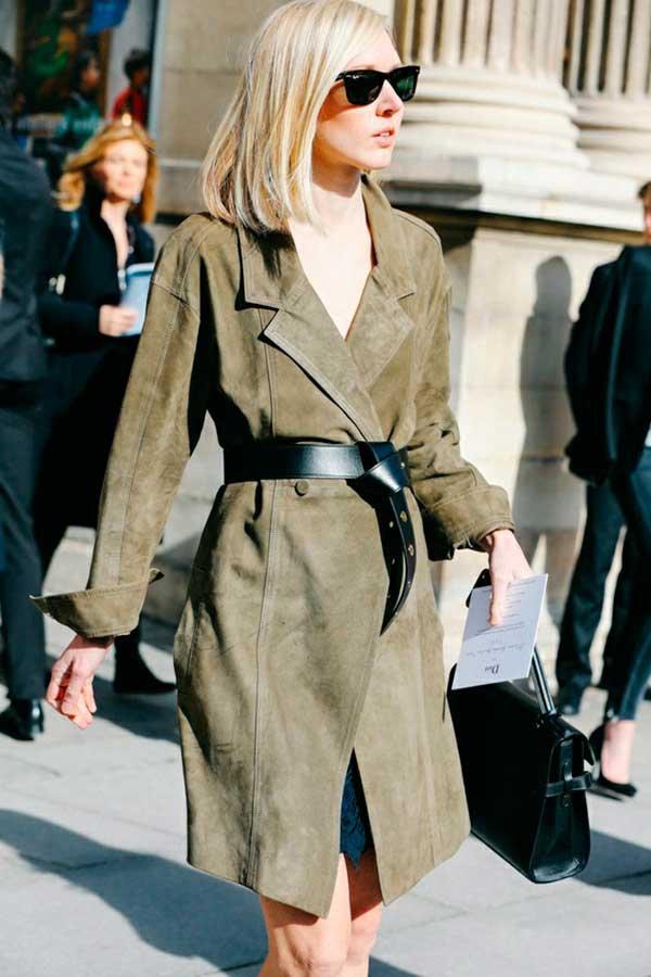 Foto de street style com cinto preto sobre casaco trench coat verde militar