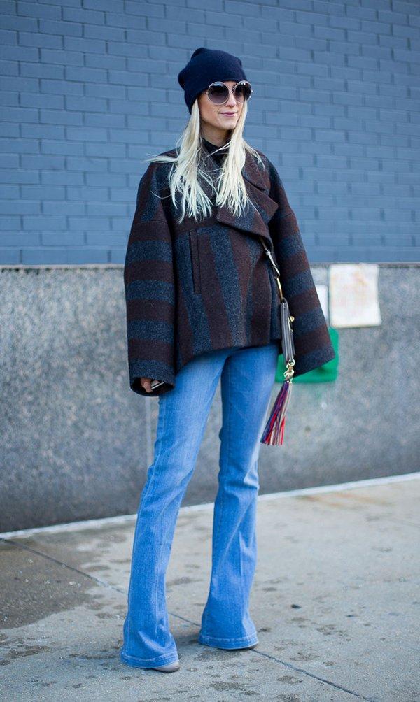 Look básico para o frio com casaco de listras, calça jeans flare e gorro