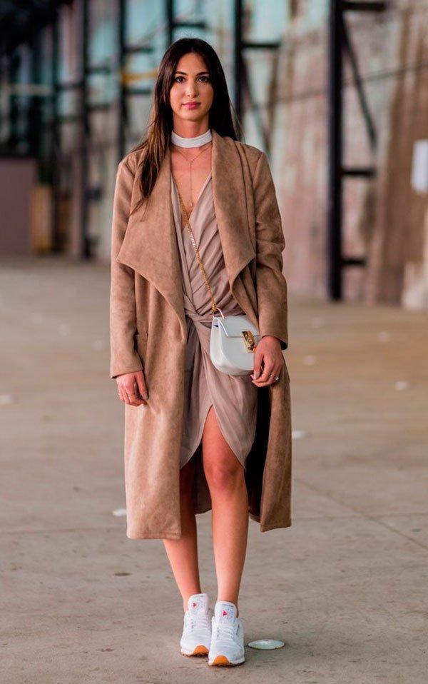 Street style look bege com skinny scarf e tênis.