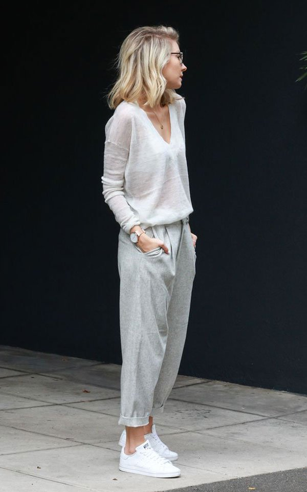 Street style bege com skinny scarf, maxi casaco e tênis.