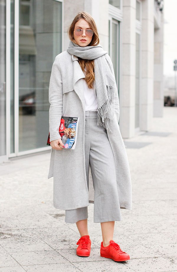 Street style look cinza com ponto de cor.