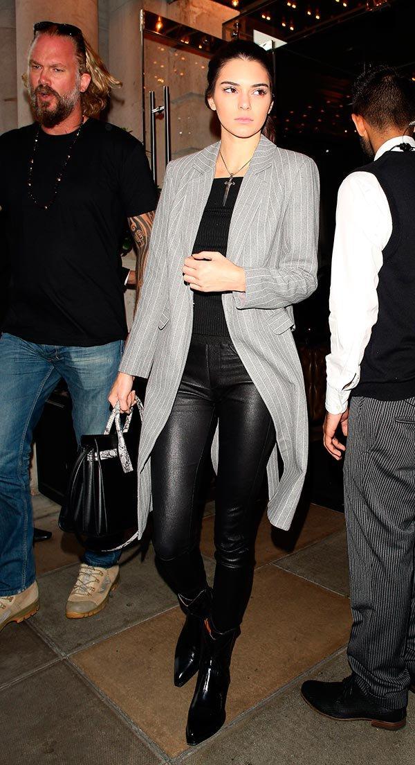 Street style look com blazer risca, calça de couro e bota verniz.