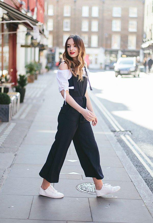 Street style look com macacão e blusa off shoulder.