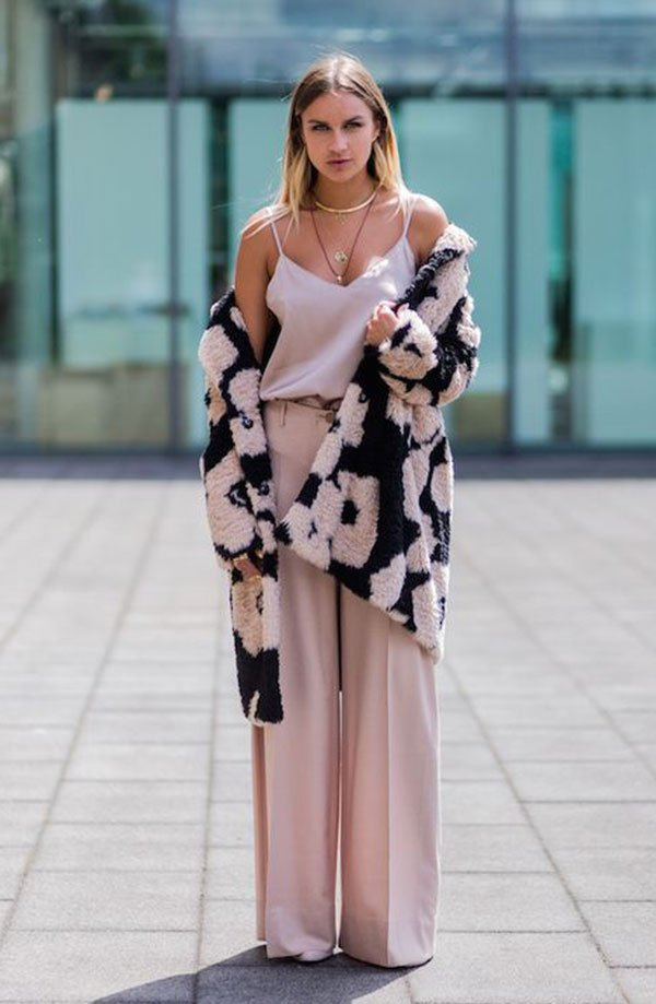 Street style look rose com maxi casaco.
