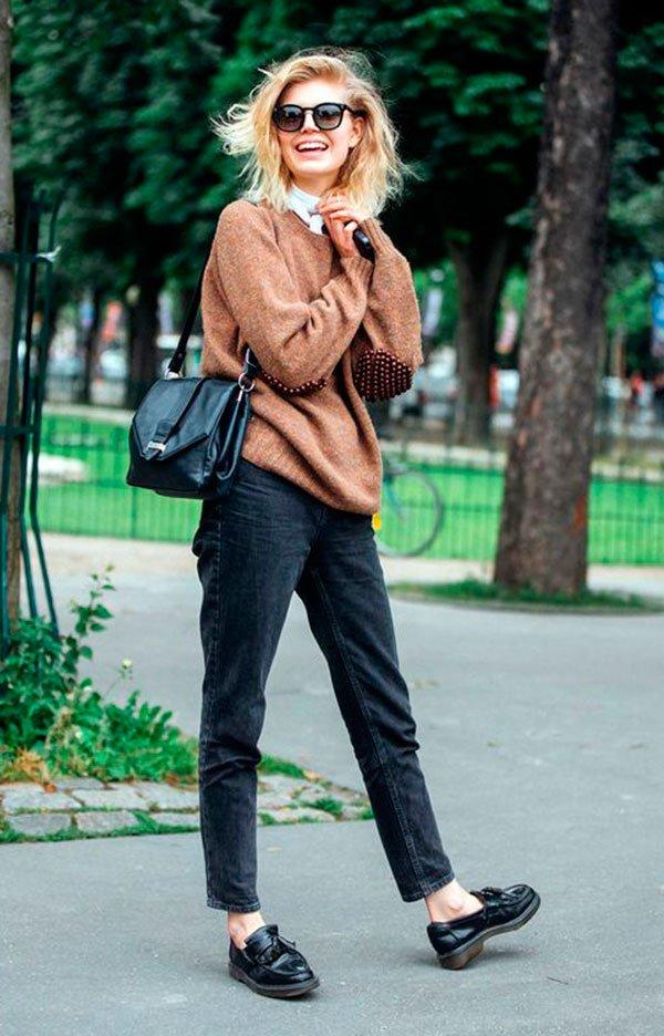 Street style look com sueter marrom, calça jeans e sapato boyish.