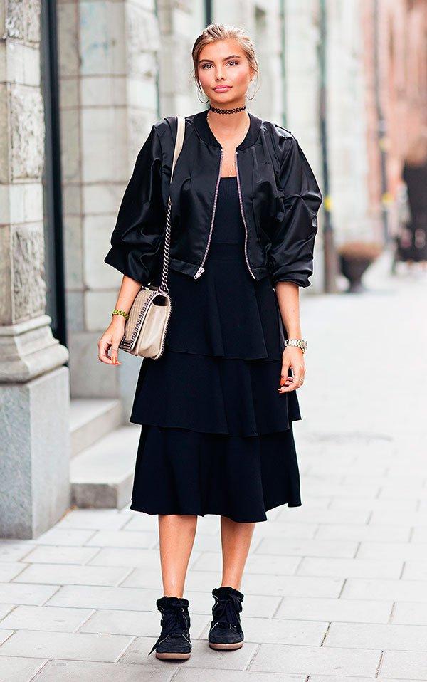 Street style look vestido preto babado e tênis Adidas.
