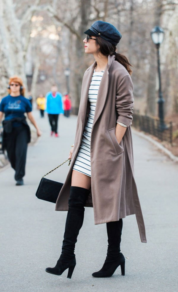 Street style look com boina, vestido listrado, bota otk e maxi cardigan.