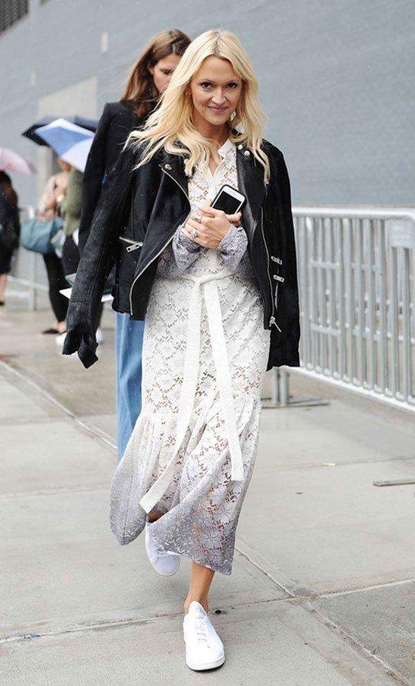 Street style look com vestido rendado, jaqueta couro e tênis