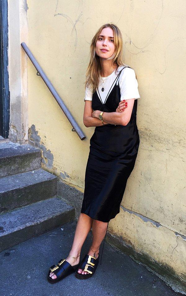 ee949a0f56c4 Pernille Teisbaek usa slip dress preto com t-shirt branca e birkenstock