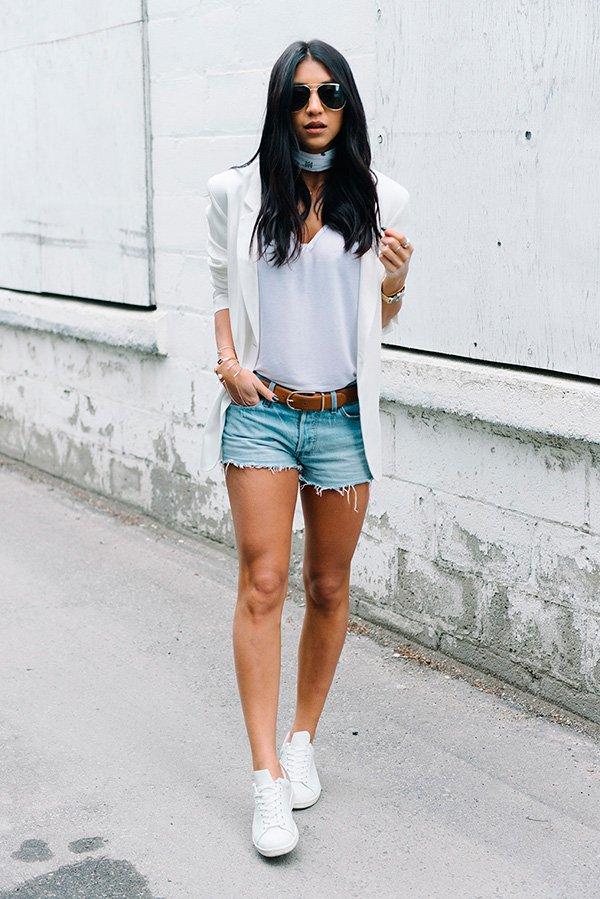 Street style look bandana, tshirt branca, shorts jeans, blazer e tênis branco.