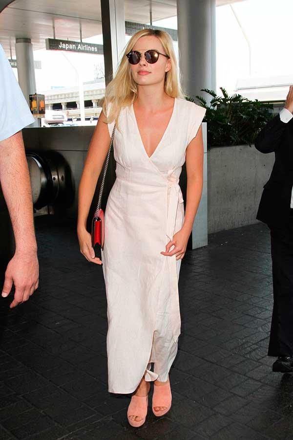 Diane Kruger usa vestido envelope para valorizar os seios