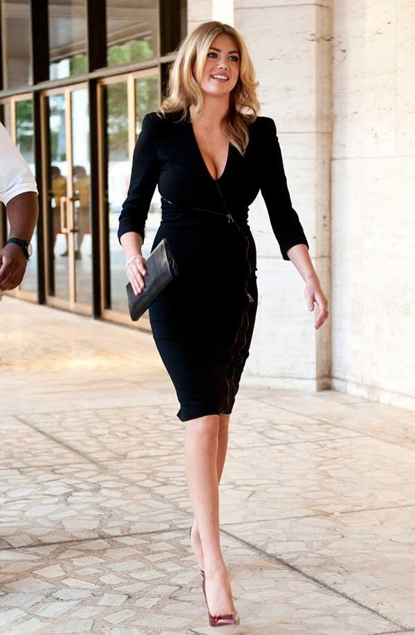Kate Upton usa vestido preto com decote v para valorizar os seios