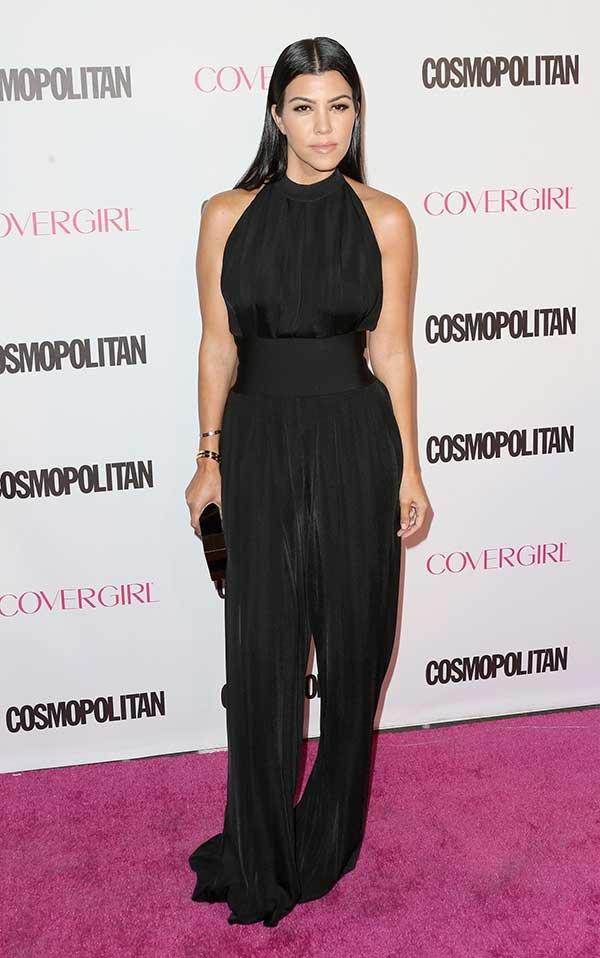 Kourtney Kardashian usa macacão preto acinturado