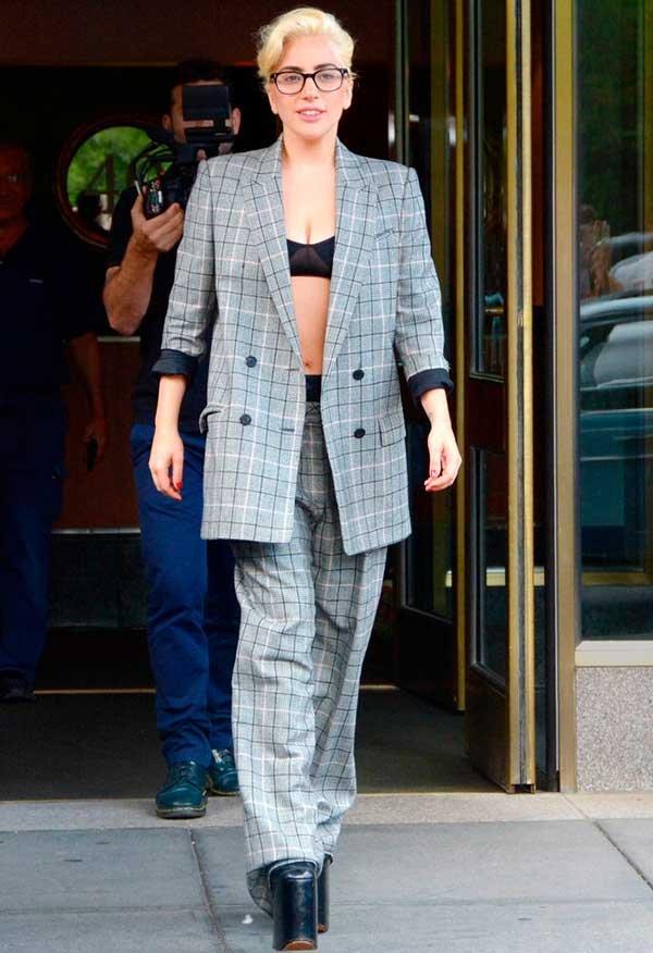 Lady gaga usa conjunto de blazer e calça com top cropped