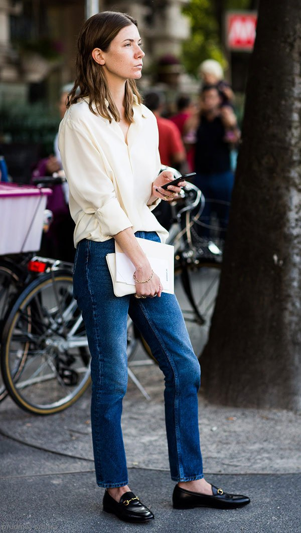 Street style camisa branca e calça jeans