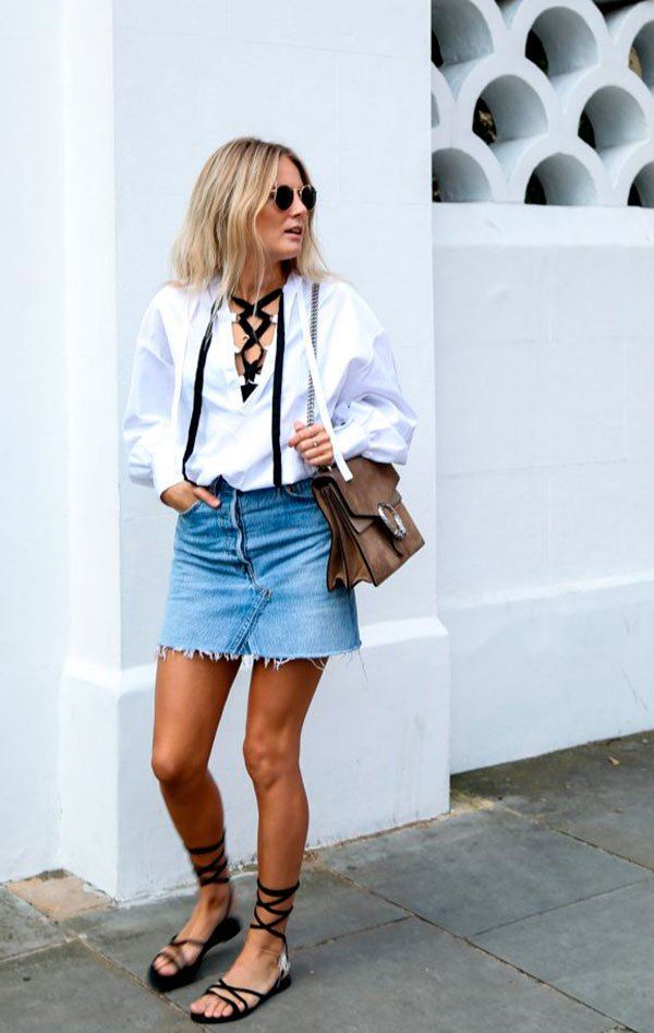 Street style look com camisa branca, saia jeans e sandália lace up.