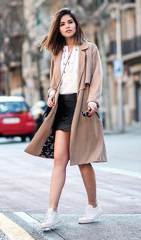 Street style look com mini saia couro preta.