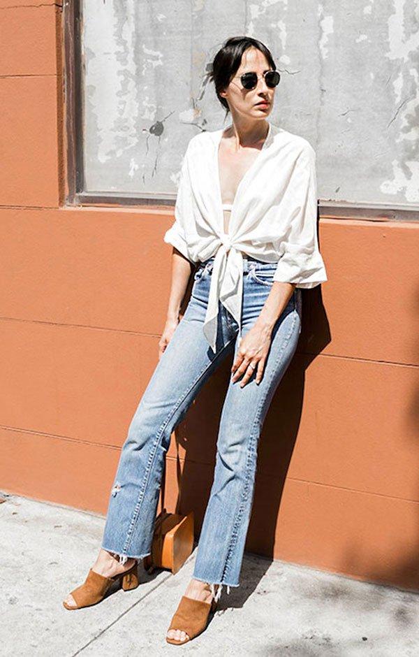 Street style look com camisa branca, calça jeans e mule.