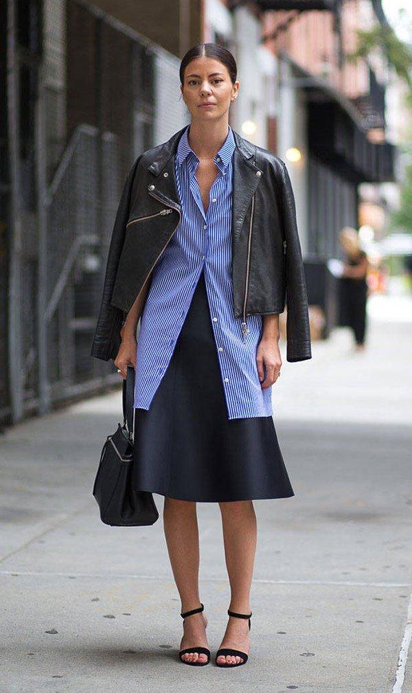 Street style look com camisa azul e saia midi.