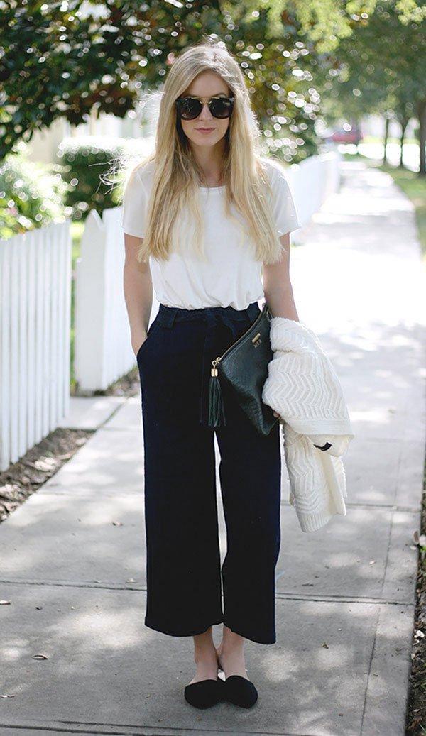 Street style look com camiseta branca e calça pantacourt