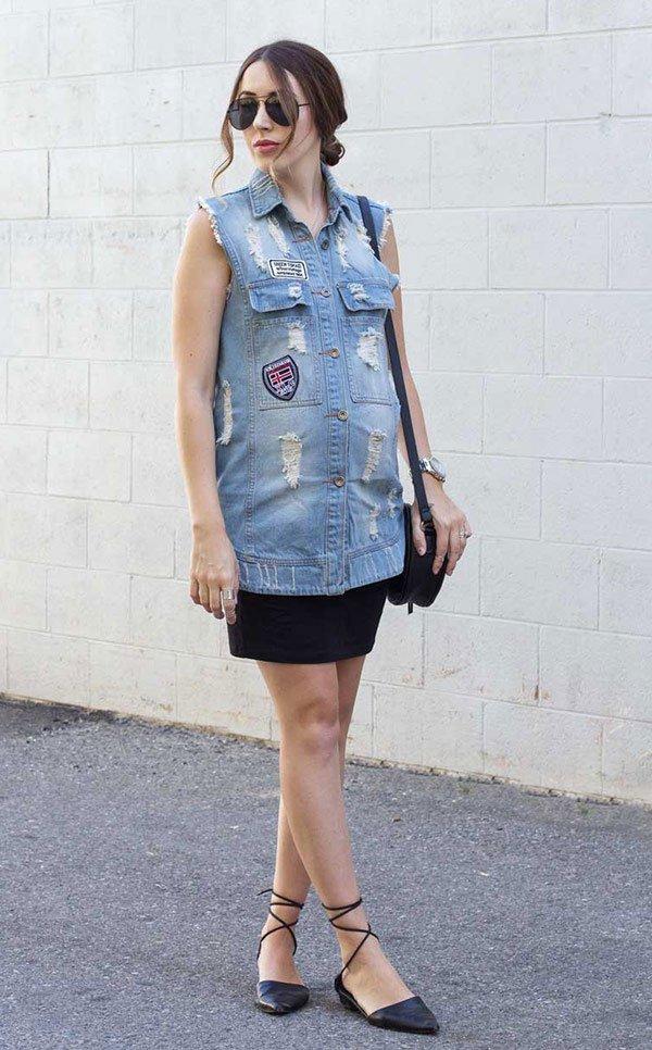 Street style look com colete xadrez e calça rasgada.