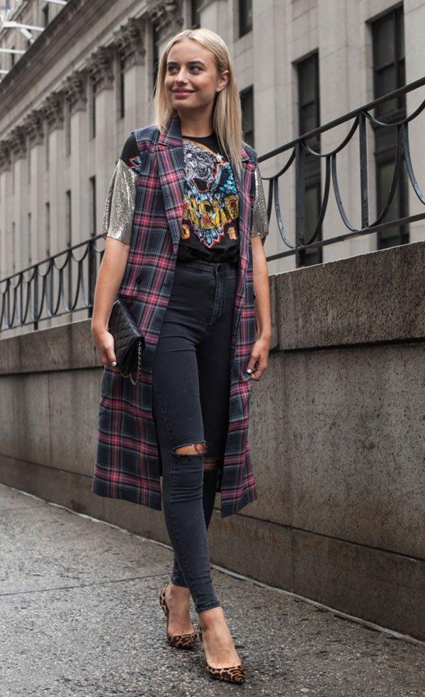 Street style com colete xadrez e calça rasgada.