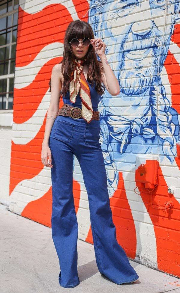 722e96a96 Street style look com macacão, lenço, óculos redondo.