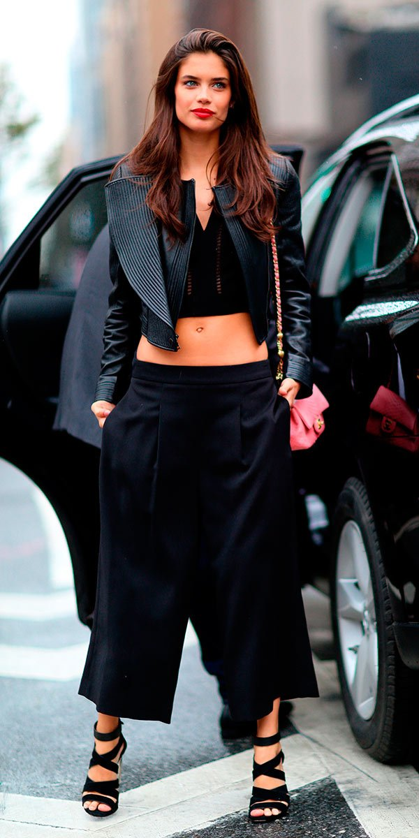 Street style look com preto e jaqueta assimétrica.