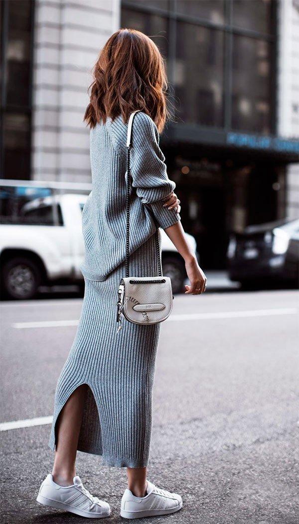 Street style look com saia midi e blusa cinza mais tênis.