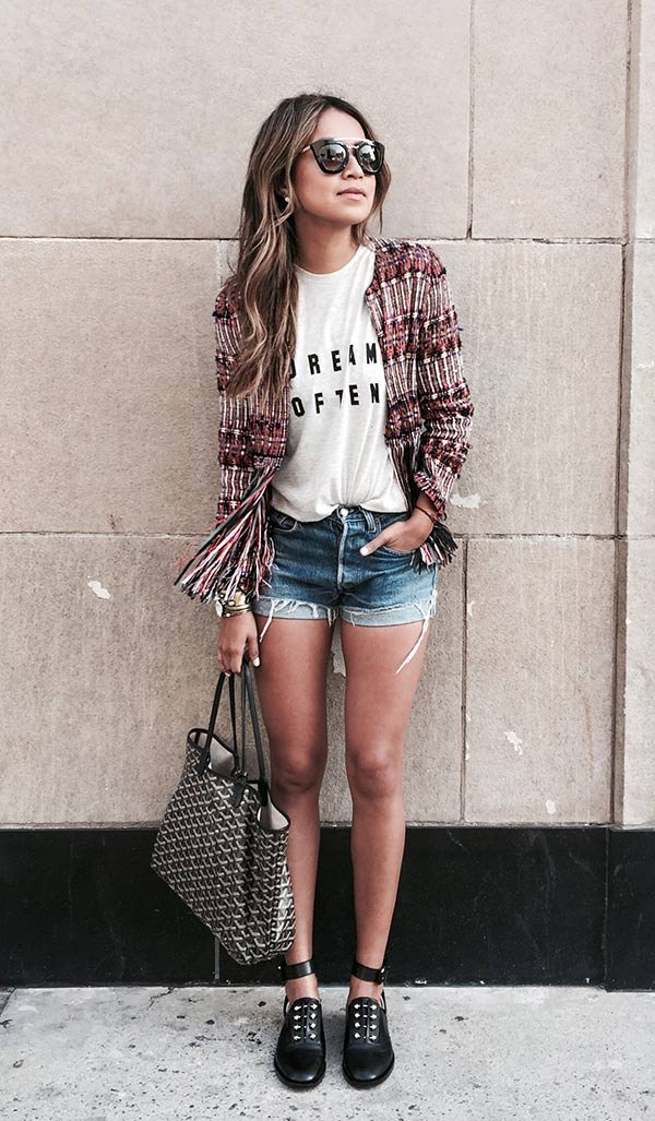 Street style look tshirts, shorts jeans e casaco.